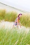 Menina modelo que anda na praia das dunas de areia Imagens de Stock