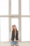 Menina modelo que levanta pela janela Imagem de Stock
