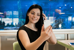 Menina modelo 20s envelhecido que faz a foto do selfie Imagem de Stock Royalty Free