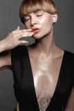 Menina molhada 'sexy' quente com tatuagem no preto Imagem de Stock Royalty Free