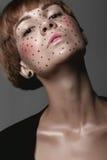 Menina molhada 'sexy' quente com tatuagem no preto Imagens de Stock Royalty Free