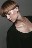 Menina molhada 'sexy' quente com tatuagem no preto Fotografia de Stock