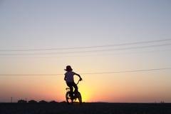 A menina monta a bicicleta Imagens de Stock Royalty Free