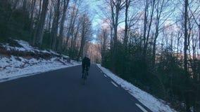 A menina monta sua bicicleta nas montanhas filme