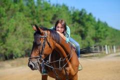 Menina montado em um cavalo fotos de stock royalty free