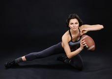 Menina moreno atlética com bola imagens de stock
