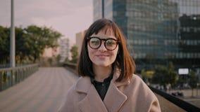 A menina moreno atrativa anda em ruas urbanas video estoque