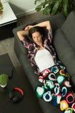 Menina moreno atrativa que dorme no sofá Fotografia de Stock Royalty Free