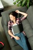 Menina moreno atrativa que dorme no sofá & no x28; Vista de cima de & x29; Fotografia de Stock Royalty Free