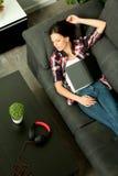 Menina moreno atrativa que dorme no sofá & no x28; Vista de cima de & x29; Foto de Stock