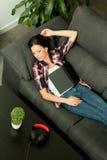 Menina moreno atrativa que dorme no sofá & no x28; Vista de cima de & x29; Fotos de Stock Royalty Free