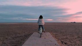A menina moreno bonita anda antes da praia do mar no alvorecer vídeos de arquivo