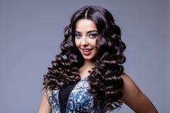 Menina moreno bonita com cabelo longo saudável Fotos de Stock