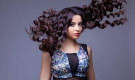 Menina moreno bonita com cabelo longo saudável Imagens de Stock Royalty Free