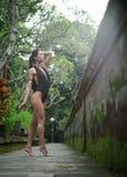 Menina moreno bonita com corpo perfeito no roupa de banho no parque no Bali Fotografia de Stock