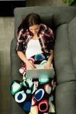 Menina moreno bonita com um portátil Foto de Stock Royalty Free