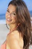 Menina moreno bonita da jovem mulher no biquini na praia Foto de Stock