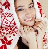 Menina moreno bonita nova na obtenção geral do ornamento do Natal morno no inverno frio, conceito da beleza do frescor fotografia de stock royalty free