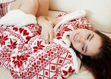 Menina moreno bonita nova na obtenção geral do ornamento do Natal morno no inverno frio, conceito da beleza do frescor fotos de stock royalty free