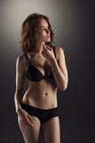 Menina moreno bonita que levanta no roupa interior 'sexy' Imagens de Stock