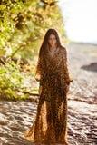 Menina moreno bonita sensual 'sexy' com cabelo longo no leopardo p imagem de stock royalty free