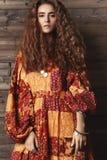 Menina moreno com cabelo ondulado longo e brilhante Modelo bonito com penteado encaracolado Imagens de Stock