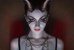 Menina moreno com chifres vermelhos, diabo doce, fotos de stock royalty free