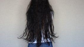 Menina moreno com muito por muito tempo e cabelo video estoque
