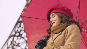 Menina moreno com o noivo de espera do guarda-chuva, primeira data, reunião do amante video estoque