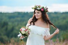 Menina moreno com uma grinalda floral fotografia de stock