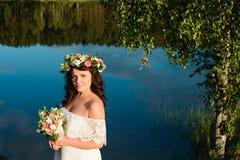 Menina moreno com uma grinalda floral imagens de stock royalty free