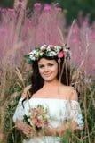 Menina moreno com uma grinalda floral foto de stock royalty free