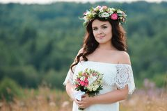 Menina moreno com uma grinalda floral imagens de stock