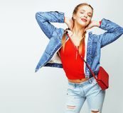 Menina moreno consideravelmente à moda do moderno dos jovens que levanta emocional isolado no sorriso fresco de sorriso feliz do  Foto de Stock Royalty Free