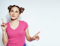 Menina moreno consideravelmente à moda do moderno dos jovens que levanta emocional isolado no sorriso fresco de sorriso feliz do  Imagens de Stock Royalty Free