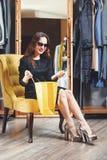 Menina moreno da forma na poltrona amarela fotos de stock royalty free