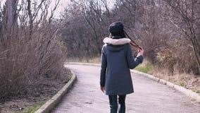 Menina moreno da forma que anda abaixo da rua video estoque