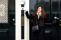 Menina moreno da jovem mulher do retrato do sorriso do riso da alegria da surpresa das emoções da porta de rua do turista do reve fotos de stock