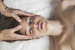 Menina moreno de Healthy.Sexy que aprecia termas do dia na tabela da massagem para fora Imagens de Stock Royalty Free