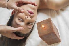 Menina moreno de Natural.Sexy que aprecia termas do dia na tabela da massagem para fora Fotografia de Stock