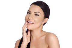 Menina moreno de sorriso feliz que levanta no branco Imagem de Stock Royalty Free