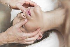 Menina moreno de Spa.Sexy que aprecia termas do dia na tabela da massagem exterior Foto de Stock