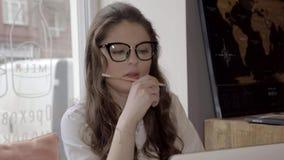 Menina moreno do estudante que trabalha no café com portátil, 4K vídeos de arquivo