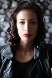 Menina moreno em um casaco de cabedal preto Imagens de Stock Royalty Free