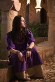 Menina moreno em um terno medieval em um Agia Napa Monaste medieval Foto de Stock