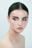 Menina moreno fresca da beleza nova no branco, relaxe Fotos de Stock Royalty Free