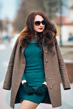 Menina moreno glamoroso 'sexy', jovem mulher bonita com cabelo escuro longo chique, óculos de sol à moda vestindo, verde na moda Imagens de Stock