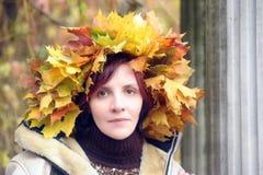 Menina moreno muito bonita com uma grinalda na cabeça Imagens de Stock Royalty Free