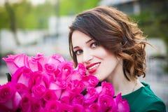 Menina moreno nova bonita com olhos azuis e H encaracolado saudável Foto de Stock