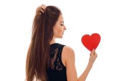 Menina moreno nova bonita que levanta com o coração vermelho isolado no fundo branco Conceito do dia de Valentim de Saint Amor Fotos de Stock Royalty Free